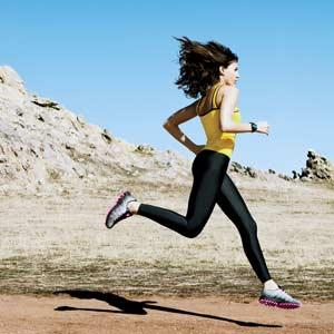 1103 woman running Wybieramy buty na trening