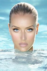 160 kobieta na basenie 200x300 Chroń skórę i włosy na basenie