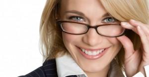 woman glasses smile elegant business businesswoman 300x156 Kobieta – szefem