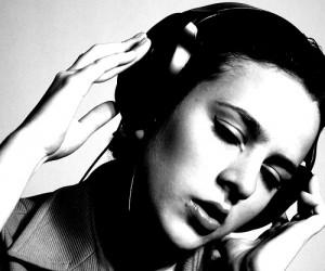 woman listening to music 300x250 Być kobietą – muzyka bez końca