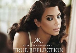 r 6000 n 566138eKrW kim kardashian reklama perfumy video youtube rodzina kardashianow zapach true reflection kim kardashian true reflection nowe perfumy wchodza do sklepow video 300x209 Sława Kim Kardashian