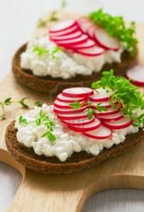 13857731 kanapka rzodkiewka z rzezucha salatki 203x300 Pora zasiać rzeżuchę
