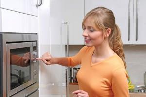 kobieta mikrofalowka 300x199 Jak optymalnie wykorzystywać kuchenkę mikrofalową podczas gotowania