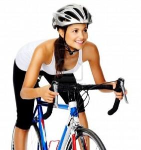 13183431 szczesliwa hispanic rowerzysta kobieta na rowerze szosowym w studiu na bialym tle 283x300 Na rowerze po szczupłą figurę