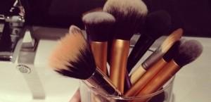0f43d21ec5f6a7d8790c84eeadfea390 300x145 Jak czyścić pędzle do makijażu ?