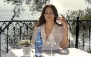 517aae648b278 k27 300x187 Monica Bellucci pije Cisowiankę Perlage