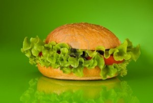 10142760 zdrowy hamburger bez miesa tylko z pomidorami i salata na zielonym tle 300x201  W fast foodzie się nie najesz