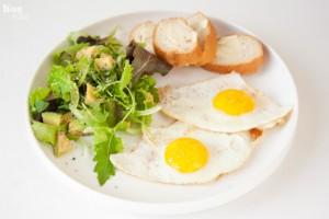 BiteDelite jajka sadzone z salatka 0560 300x200 Wyborne śniadanie