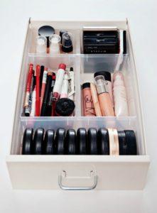 ukladanie kosmetykow 221x300 Akcesoria do przechowywania kosmetyków