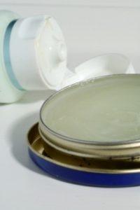 petroleum jelly 200x300 Nielubiany opatrunek dla suchej skóry