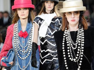 Chanel fall winter 2016 2017 collection Paris Fashion Week1 300x225 Powrót pereł na wybiegi Chanel, Moschino oraz Gucci