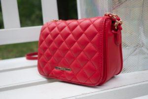 czerwona torebka 300x200 Najpopularniejsze modele torebek damskich. Jak dobrać torebkę do figury?