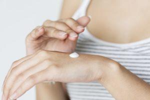 Nawilżone dłonie otulone zapachem od ChiodoPRO