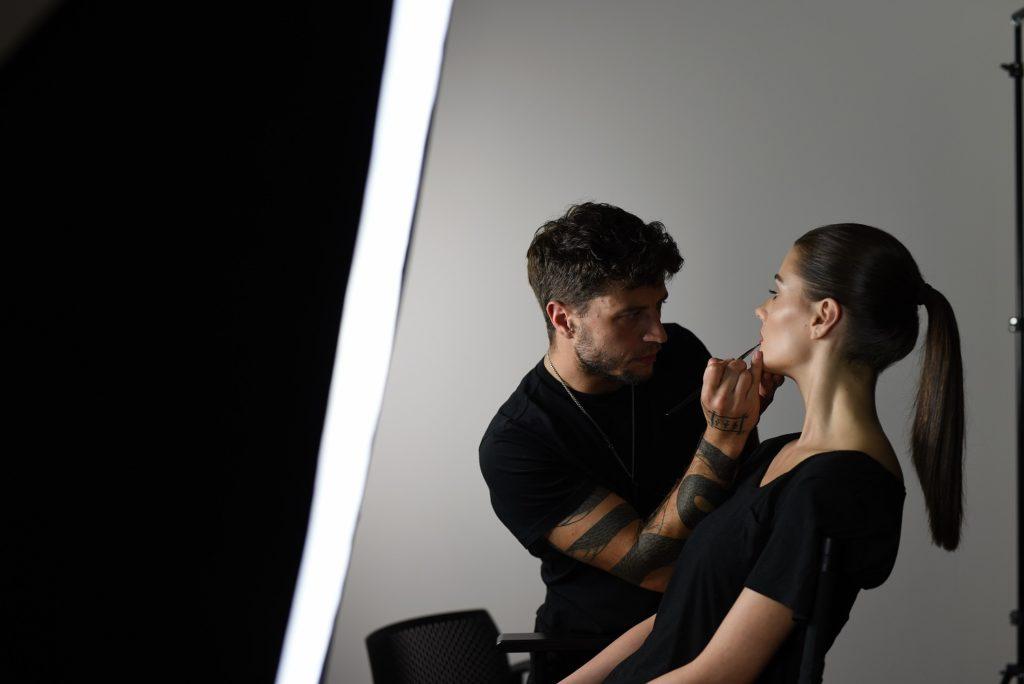 SINSKIN Adam Prządka Head of Artistry marki SINSKIN 1024x684 Idealna oprawa twoich oczu z SINSKIN – sprawdź jak stylizować brwi!